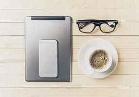 Handy und Tablet mit Notebook auf dem Schreibtisch foto