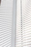 Sonnenlicht kommt durch Jalousien am Fenster foto