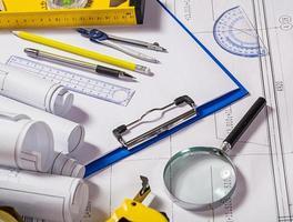 Architektenwerkzeuge auf Blaupause