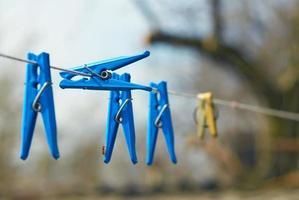 Wäscheklammern auf der Wäscheleine foto