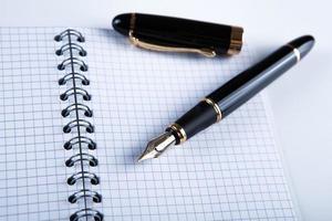Tagebuch mit Füllfederhalter foto