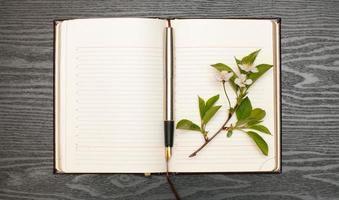 Tagebuch und Kirschblüten foto