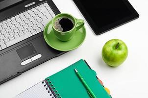 grüner Apfel auf dem Arbeitsplatz foto