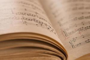 Nahaufnahme der klassischen Musikpartitur und der Noten des Klaviers
