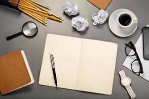 Notizbuch mit leeren Seiten öffnen foto