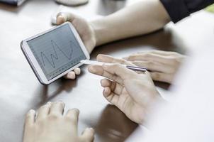 Frauen, die Tablette mit Stift verwenden foto