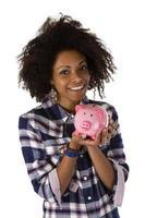 junge Afroamerikanerin mit Sparschwein foto