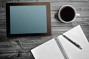 Tablette leerer Bildschirm mit Kaffeetasse foto