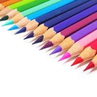 mehrfarbige Stifte lokalisiert auf weißem Hintergrund foto