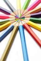 bunte hölzerne Bleistiftkunstkomposition auf weißem Hintergrund foto