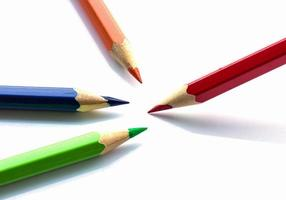 Farbstifte auf weißem Hintergrund schließen foto