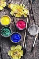 Ölfarbe vier Farben und alter Pinsel