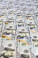 Haufen neuer uns Bargeld in hundert Banknoten foto