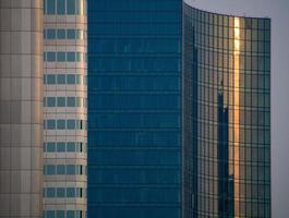 Glasfassaden dynamischer Geschäftsgebäude in Frankfurt, Deutschland foto
