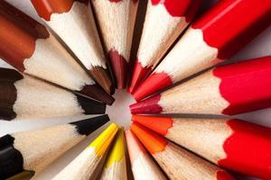 Makrofoto von Buntstiften, die in einem Kreis gestapelt sind foto