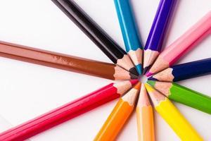 viele verschiedene Buntstifte auf weißem Hintergrund foto