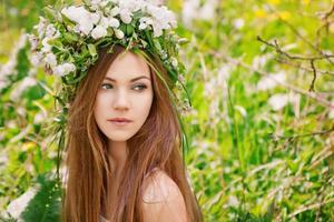 schönes Mädchen mit Blumenkranz foto