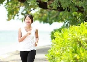 Mädchen, das am Strand joggt