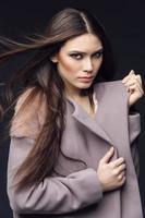 Frau im modischen Mantel foto