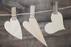 Herzen hängen an einem Seil mit Stiften foto