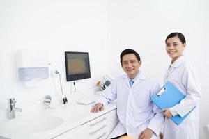 Zahnarzt und Assistent foto
