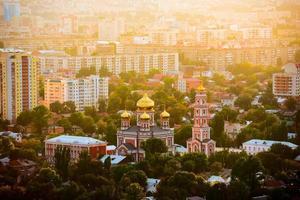 Innenstadt mit Kirche in Abendstrahlen der Sonne foto