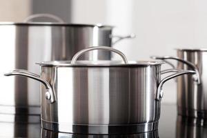 Aluminiumtöpfe auf der Küchenoberseite foto