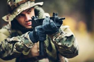 Soldat mit Gewehr im Wald