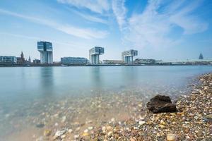 Skyline von Köln mit Kranhäusern foto