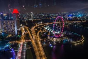 großes Riesenrad in der modernen Skyline der Stadt, Singapur foto