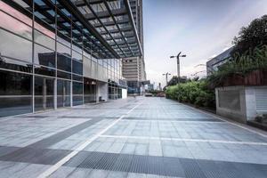 leere Straße in der Nähe eines modernen Gebäudes foto