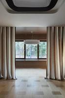 Innenraum des leeren Raumes mit Fenstern