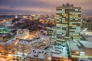 Geschäftszentrum in der verschneiten Stadt Kyiv foto