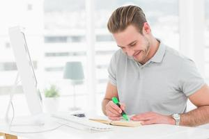glücklicher lässiger Geschäftsmann, der ein Buch hervorhebt foto