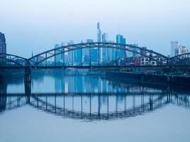 Eisenbahnbrücke und die Skyline von Frankfurt, Deutschland