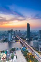 Vogelaugenansicht der Chao Phraya Flusslandschaft foto