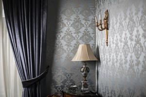 alte Vintage Lampe auf einem Tisch in der Ecke eines Raumes foto