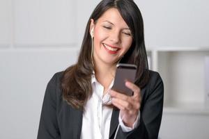 lächelnde Frau, die Musik hört foto