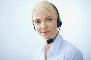 Frau mit Kopfhörern.