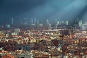 dunkle Wolken über der Skyline von Barcelona
