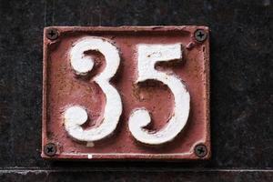 Hausnummer an einer Wand foto