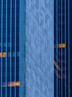 architektonisches Detail eines Wolkenkratzers in Frankfurt, Deutschland foto