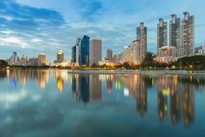 Stadtbild in der Dämmerung des Geschäftsviertels von Bangkok mit Wasserreflexion Thailand