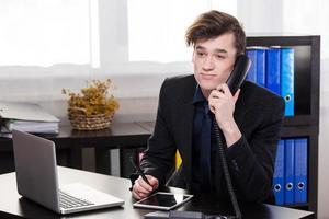 Geschäftsmann jemanden anrufen foto