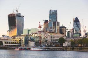 Fluss Themse und moderne Wolkenkratzer auf Hintergrund bei Sonnenuntergang