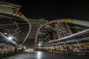moderne Brücke im Sathornviertel foto