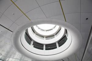 rundes Atrium mit Balkonen foto