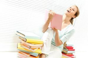 junges schönes Mädchen liest Bücher foto