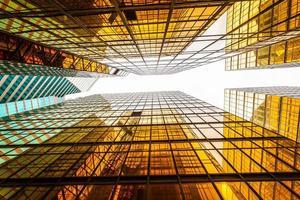 Low Angle View von modernen Wolkenkratzer außen und Himmel