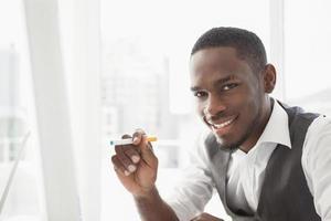 Porträt eines Geschäftsmannes, der Zigarette hält foto